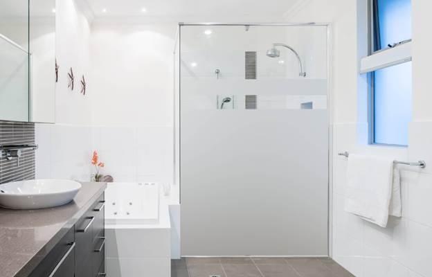 чистое белое прозрачное стекло для душевых кабин и дверей
